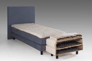 Principe Suledo slapen op natuurlijke materialen